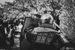 Medievale-Isle Sur Sorgues-5253 (reynaud.photographie) Tags: medievale chevalery chevalier armure épée sword fight fighting shield bouclier handmaded handcrafted cosplay histoire history noiretblanc blackandwhite
