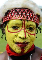 Huli (pguiraud) Tags: singsinge papua papouasienouvelleguinée sergeguiraud jabiruprdo oéanie tribus ethnies tribes portrait enfants ornementnasal coiffe asaro masquedeboue hommesboue huli tari madang enga