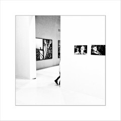 street in street(-exhibition) (Thierry Lubin (www.meinstream-fotografie.de )) Tags: bnwmonochrome bwblackandwhiteblackwhite deichtorhallen hamburg hh meinstreammeinstreamfotografiefotografie mobil quadrat smartphone street swschwarzweissschwarzundweiss exhibition ausstellung