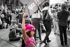 Le combat n'attend pas le nombre des années (DeGust) Tags: foule portrait problèmesdesociété syndicat travail egalité démocratie manifestation suisse société conditionsociale conditionsdetravail manifestants berne placefédérale syndicats streetphotography militantisme unia législationdutravail enfant manifestationnationalepourlégalitésalariale politique
