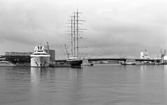 TGN Seaport 4 (carles.ml) Tags: olympus om10 kodak tmax 400 boat film bw