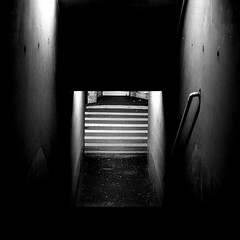 Einsiedler - Anchorite (Bernd Kretzer) Tags: dunkelheit darkness unten down treppe stairs licht light parkhaus parking garage