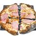 Eine Prosciutto-Pizza mit schwarzem Boden dank Aktivkohle