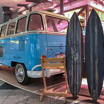 Surf and Turf - Blauer VW Bus mit Surfboards thumbnail