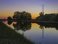 Méditation vespérale - Evening meditation (olivier_kassel) Tags: sunset coucherdesoleil canal reflet reflection water eau tree arbre herbe grass paysage landscape waterscape