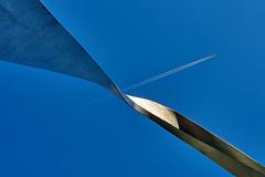 Air hub (Ulrich Neitzel) Tags: aircraft blau blue contrails drehung flugzeug himmel kondensstreifen metal metall metallic plane sculpture sky twist