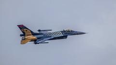 Soloturk waving (Tony Howsham) Tags: airshow wave pilot turkish fightingfalcon f16 generaldynamics fairford raf tattoo air international royal riat 100400mkii 80d eos canon