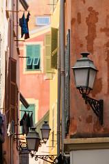 Nice (Yann OG) Tags: france français french nice vieilleville oldtown city ville village paca côtedazur frenchriviera rue ruelle street lampadaire réverbère fenêtre window mur wall cityscape