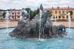 _DSC1516.jpg (Kaminscy) Tags: square roztocze zamojszczyzna oldmarketsquare fountain buildings animalsculptures europe jozefow poland józefów lubelskie pl