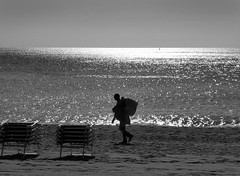 Ultime offerte (fotomie2009) Tags: spiaggia beach sea mare monochrome monocromo bn bw people venditore black spotorno end season fine stagione balneare water acqua backlight controluce back light man uomo deserto nobody nessuno