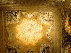 Alhambra - Prachtig plafond in èèn van de ruimtes van het Nasrid paleis - Beautiful ceiling in one of the rooms of the Nasrid palace (JaapPostma) Tags: nasrid palace alcazaba carlos v openlucht theater openair myrtle patio court lions leeuwen fontein fountain granada alhambra