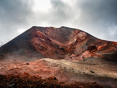 Crater (Marc Rauw.) Tags: italië italy sicilië sicily holiday etna volcano volcanic mountain colourful colorful colours colors brown nature landscape microfourthirds m43 μ43 olympusomdem5markii olympus omd em5 mzuikodigital1250mm mzuiko 1250mm geology minerals summit lava earth forceofnature aweinspiring dark