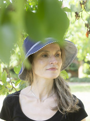 Mariëlle, Sussex 2018: Underneath the apple tree (mdiepraam (30 mln views!)) Tags: sussex 2018 batemans nationaltrust marielle portrait pretty gorgeous attractive mature fiftysomething brunette woman lady milf elegant classy hat blacktop