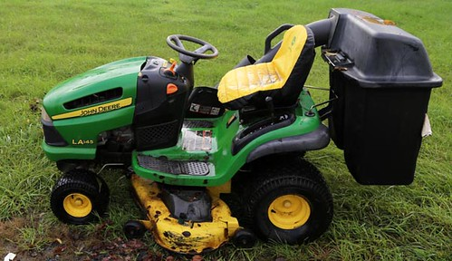 JOHN DEERE LA145 RIDING MOWER with grass catcher and only 552 hours ($448.00)