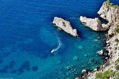 Comme Une Virgule... (SabineLacombe) Tags: paca parcnationaldescalanques marseille mediterranee mer bleu bouchesdurhone provence calanque bateaux falaisesdudevenson falaises