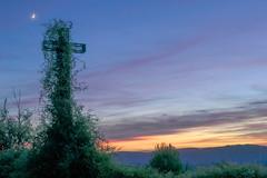 Como el musguito en la piedra... (*Nenuco) Tags: jesúsmr paisaje paysage cruz creu sunrise arasdelosolmos nikon d5300 nikkor 1855 orange grenn clouds nubes luna moon