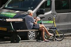 Partout avec sa petite reine. (caramoul25) Tags: vélo reine banc lecture bruxelles brussels marchéauxpoissons caramoul25