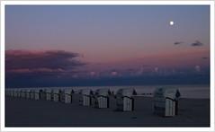 Der Mond ist aufgegangen (https://www.norbert-kaiser-foto.de/) Tags: ostsee balticsea grömitz strand beach sand strandkorb abendlicht abend mond moon dämmerung blauestunde bluehour