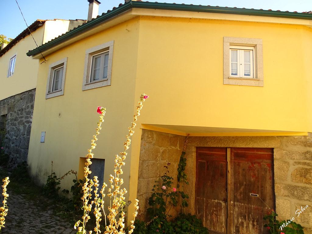 Águas Frias (Chaves) - ... as flores querendo desafiar a altura da casa ...