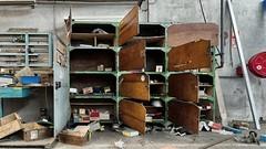 Atelier (ostplp) Tags: exploration urbex usine oublié ruine oubli friche forgotten factory industriel industrie isolé interdit vintage disparu outils meuble