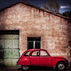 strawberry (dedic. to Pom') (*BegoñaCL) Tags: coche rojo viejo puerta casa 2cv citroën rural auto