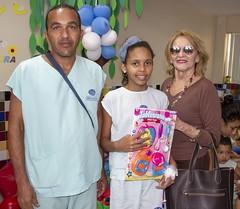 A presidente do Sincofarn, Diva Dutra, realiza entrega de brinquedos no Hospital Infantil Varela Santiago