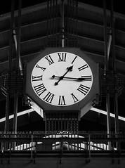 20181006-060002 (Thierry Lubin (www.meinstream-fotografie.de )) Tags: bnwmonochrome bwblackandwhiteblackwhite clock hamburg hh meinstreammeinstreamfotografiefotografie swschwarzweissschwarzundweiss uhr hauptbahnhof centralstation