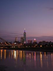 P1055555_LR (enno7898) Tags: panasonic lumix lumixg9 dcg9 1240mm f28 nightview riverbank river reflection cityscape sky twilight dusk sunset landscape