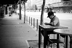 (fernando_gm) Tags: rumania bucarest bucharest bucureşti street calle callejera city ciudad monochrome monocromo monocromatico blackandwhite bw person people persona gente human hombre humano man airelibre streetlife