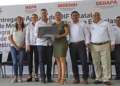 Dota IEEPO de mobiliario y equipo  nuevo a 56 escuelas de  Santa María Huatulco