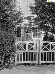 tm_5908 (Tidaholms Museum) Tags: svartvit positiv gruppfoto grind bostadshus människor familj