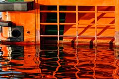 """Heck des Versetzbootes """"Muttland"""" (alterahorn) Tags: muttland lotse lotsen pilot seefahrt schifffahrt hafen harbour port transferboat wasser water meer sea mer mecklenburgvorpommern barhöft strelasund orange colour color detail gitter linien spiegelung canon canoneos40d carlzeiss carlzeissmilvus sonnar1352ze zeissmilvus sonnarapo1352ze zeissmilvus135mm sonnar zeisssonnar dxo versetzboot"""