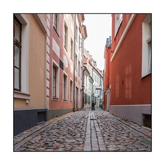 72/100x (neals pics) Tags: 100xthe2018edition 100x2018 image72100 capital landmark iconic tourist tourism history historic architecture street road cobbles paving buildings houses narrow windows iela riga latvia latvija colours colors my100x–squareformat