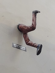 20180922_155351 (Benoit Vellieux) Tags: lyon france 1erarrondissement 1stdistrict ruedelabbérozier sculpture streetart mur wall mauer jambe leg bein droitdanslemur goingstraightintoawall holzweg vordiewandfahren lepassemuraille mrpeekaboo garougarou dermannderdurchdiewandgehenkonnte marcelaymé