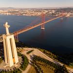 Luftaufnahme der Cristo Rei Statue über den Tajo auf Lissabon blickend mit Ponte 25 de Abril Brücke thumbnail