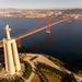 Luftaufnahme der Cristo Rei Statue über den Tajo auf Lissabon blickend mit Ponte 25 de Abril Brücke
