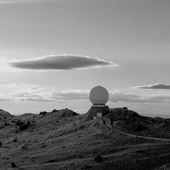 Trois autres regards en carré sur le mont Ventoux II/III : Mars avant l'heure... (stephane.desire) Tags: montagne montventoux soir paysage route lumière personnes station noiretblanc monochrome carré mars