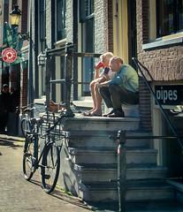 Y tomar café...contigo...por siempre (Udri) Tags: viaje amsterdam ancianos café coffe couple escaleras forever holanda holland k3 love netherlands old pareja pentax stairs travel trip