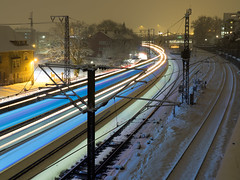 In der Kurve (Ulmi81) Tags: ulm neuulm stuttgart rail railway train bulb exposure lighttrails light trails motion snow winter track railroad city badenwürttemberg poles