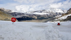 Reds don't cross (Columbia Icefield, Canada) (armxesde) Tags: pentax ricoh k3 canada kanada alberta rockymountains jasper jaspernationalpark berg mountain schnee snow glacier gletscher athabascaglacier columbiaeisfeld columbiaicefield