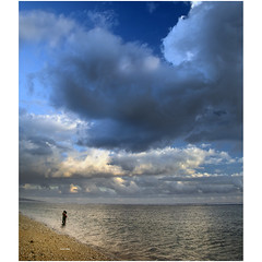 Hugs and clouds (Robyn Hooz) Tags: reunion clouds nuvole romance spiaggia beach romantica coppia abbraccio hug poem