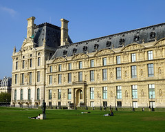 Indian summer on the lawn of the Louvre (Francoise100) Tags: relaxation herbst capitale stadt cityscape city lumière louvre autumn fall facade architecture paris france frankreich lawn pelouse