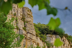 82 - Ardèche - Vogüé les falaises au dessus du village (paspog) Tags: france ardèche vogüé août august 2018 falaise falaises cliff cliffs klippe klippen