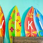 Kunstvolle Surfbretter mit der Aufschrift : WIKI an der Wand der WIKI Beach Strandbar auf Mallorca thumbnail