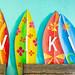 Kunstvolle Surfbretter mit der Aufschrift : WIKI an der Wand der WIKI Beach Strandbar auf Mallorca