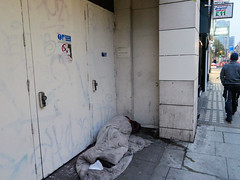 Tottenham Court Road. 20181018T06-17-40Z (fitzrovialitter) Tags: bloomsburyward england fitzrovia gbr geo:lat=5152002000 geo:lon=013377000 geotagged unitedkingdom peterfoster fitzrovialitter city camden westminster streets urban street environment london streetphotography documentary authenticstreet reportage photojournalism editorial daybyday journal diary captureone olympusem1markii mzuiko 1240mmpro microfourthirds mft m43 μ43 μft ultragpslogger geosetter exiftool rubbish litter dumping flytipping trash garbage beggar vagrant homeless