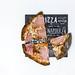 Schwarzer Pizzaboden mit Aktivkohle mit Prosciutto - Aufsicht