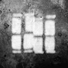 Matière murale et reflet (dono heneman) Tags: matière material murale mural wall walled reflet reflection refletaquatique noiretblanc nb blackwhite urbain urban urbaine lumière light cité citédecarcassonne city citémédiévale médiéval medieval minimaliste minimalisme minimalism fenêtre window carcassonne aude languedocroussillon occitanie france pentax pentaxart pentaxk3
