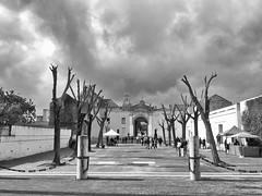 Sevilla, Andalus (rgiw) Tags: andalusien spanienspain city street olympusomdem1 olympusmzuiko1240mm blackwhite bw schwarzweiss sw stadt monochrome strasse stimmung vielfalt building gebäude kirche sevilla blackandwhite
