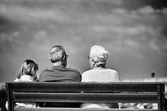 Grand père et grand-mère (Rollkidd) Tags: noirblanc blackandwhite blackwhite streetphoto portrait surlevif plage beach tarnos banc